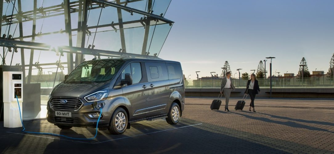 ford-tourneo_custom-eu-shot1a-Tourneo_Custom_PHEV_Static_fron34_with_talent-21x9-2160x925-NP_BB_D.jpg.renditions.extra-large